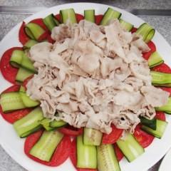 トマトときゅうりと豚肉のサラダ